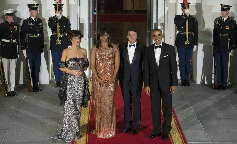 WASHINGTON, DC - OCTOBER 18:  First Lady Michelle Obama, wearing an Atelier Versace dress, and President Barack Obama greet Italian Prime Minister Matteo Renzi and Agnese Landini prior to a State Dinner on October 18, 2016 in Washington, DC.  (Photo by Leigh Vogel/WireImage)