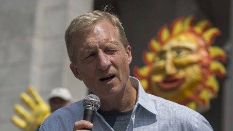 Billionaire environmental activist Tom Steyer addresses the March to Break Free from Fossil Fuels on May 14, 2016 in Los Angeles, California. The March to Break Free from Fossil Fuels are being held in several US cities and other nations as part of an international two-week protest campaign.  / AFP PHOTO / DAVID MCNEW