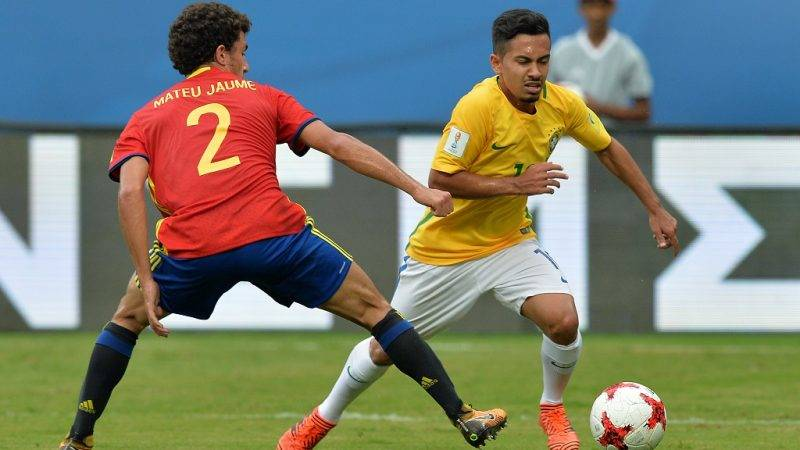 Mateu Jaume (L) of Spain and Alan (R) of Brazil compete for the ball during their group stage football match in the FIFA U-17 World Cup played at the Jawaharlal Nehru International Stadium in Kochi on October 7, 2017. The FIFA U-17 Football World Cup is taking place in India from October 6 to 28. / AFP PHOTO / Manjunath KIRAN