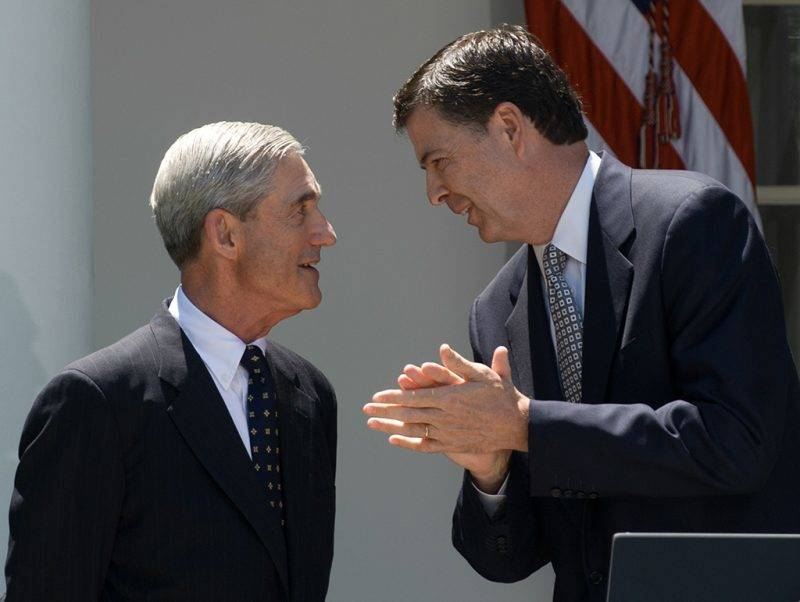 US FBI director nominee Jim Comey (R) applauds outgoing FBI director Robert Mueller in the Rose Garden at the White House in Washington on June 21, 2013. Comey, a deputy attorney general under George W. Bush, would replace Robert Mueller, who is stepping down from the agency he has led since the week before the September 11, 2001 attacks.   AFP PHOTO/Nicholas KAMM / AFP PHOTO / NICHOLAS KAMM