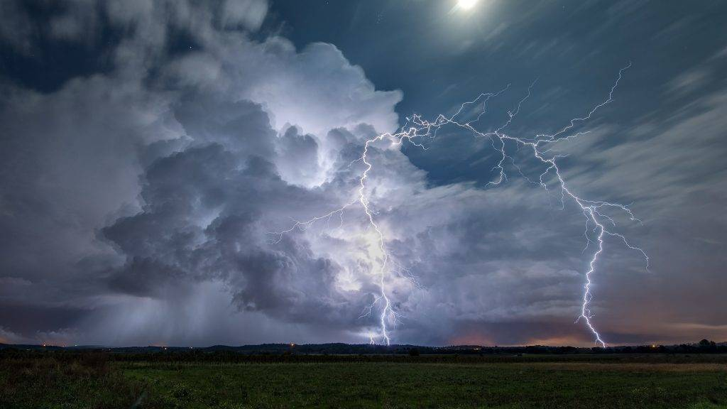 NIMES  Storm in a very powerful Cevennes episode - France .  A lightning strike left the top of cumulonimbus is a extranuageux  Biosphoto / Xavier Delorme
