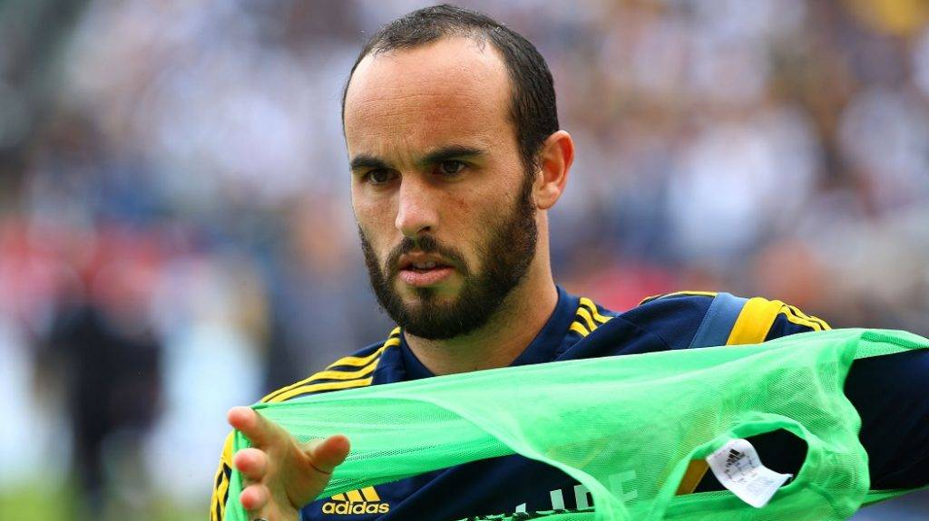 LOS ANGELES, CA - DECEMBER 07: Landon Donovan #10 of the Los Angeles puts on his practice jersey during warm-ups prior to the 2014 MLS Cup match between the New England Revolution and the Los Angeles Galaxy on December 7, 2014 in Los Angeles, California.   Victor Decolongon/Getty Images/AFP
