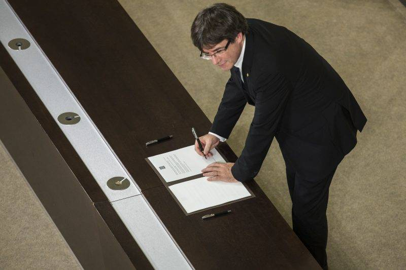 President of Catalonia Carles Puigdemont signs the proposal for declaration of independence. In Barcelona on October 10 of 2017.  (Photo by Xavier Bonilla/NurPhoto)