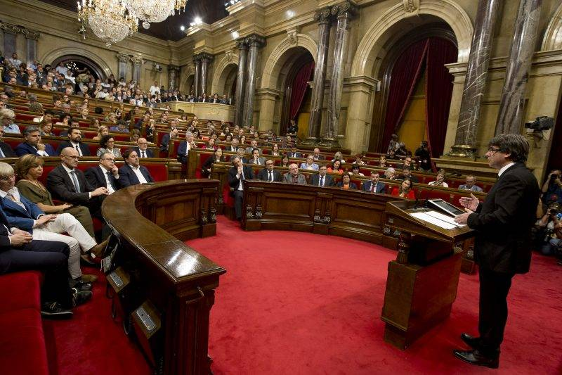 Carles Puigdemont, president of the Catalan government, declares the republic and independence of Catalonia, leaving it without effect to start a negotiation process in the Parlament de Catalunya in Barcelona on October 10, 2017. (Photo by Miquel Llop/NurPhoto)