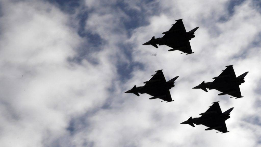 Spanish Eurofighter planes fly during the Spanish National Day military parade in Madrid on October 12, 2017. A Spanish military plane crashed today after taking part in a military display in Madrid for Spain's national day, the defence ministry said. Spain marks its national day today under high tension as the country reels from the biggest challenge to unity in a generation with its Catalan region threatening to break away.   / AFP PHOTO / JAVIER SORIANO