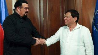 """This handout photo taken on October 12, 2017, and released by the Presidential Photo Division (PPD) shows Philippine President Rodrigo Duterte (R) talking with US actor Steven Seagal during a courtesy call at Malacanang Palace in Manila. / AFP PHOTO / PPD / Handout / RESTRICTED TO EDITORIAL USE - MANDATORY CREDIT """"AFP PHOTO/PRESIDENTIAL PHOTO DIVISION/ROBINSON NINAL JR"""" - NO MARKETING NO ADVERTISING CAMPAIGNS - DISTRIBUTED AS A SERVICE TO CLIENTS --"""