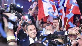 Chairman of Austria's far-right Freedom Party (FPOe) Heinz-Christian Strache celebrates after the results of the general elections in Vienna on October 15, 2017. / AFP PHOTO / APA / HANS PUNZ / Austria OUT