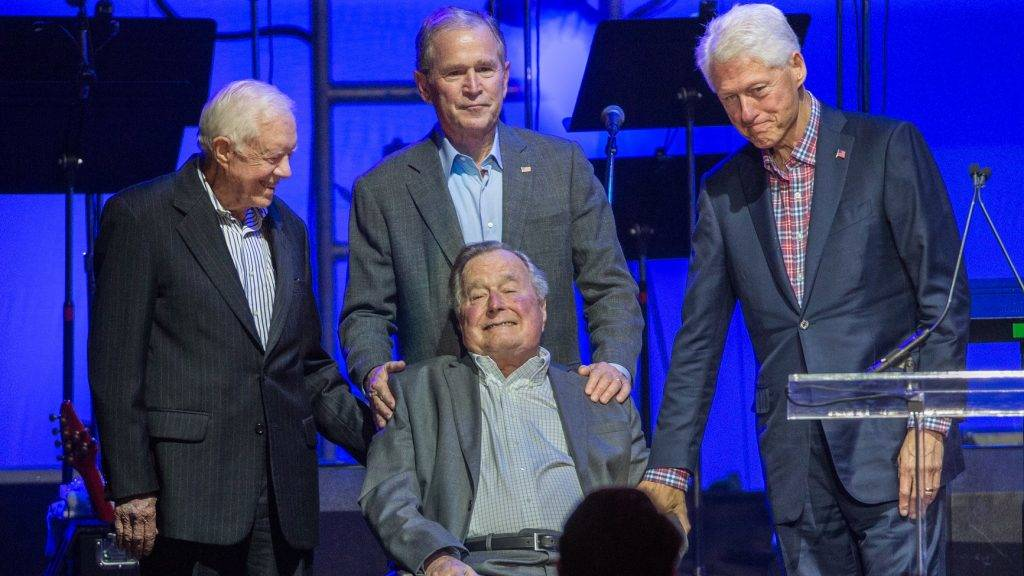 (L-R) Former US Presidents, Jimmy Carter, George H. W. Bush, George W. Bush, and Bill Clinton attend the Hurricane Relief concert in College Station, Texas, on October 21, 2017. / AFP PHOTO / JIM CHAPIN