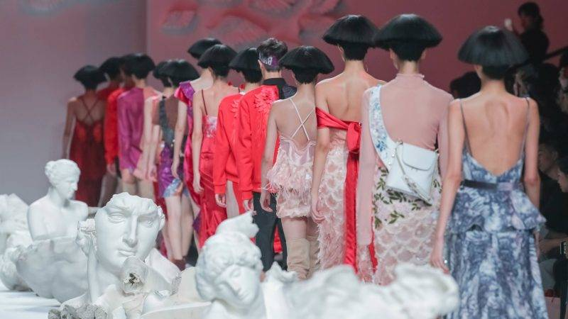 Models display new creations at the fashion show of JI CHENG during the Shanghai Fashion Week Spring/Summer 2018 in Shanghai, China, 18 October 2017.