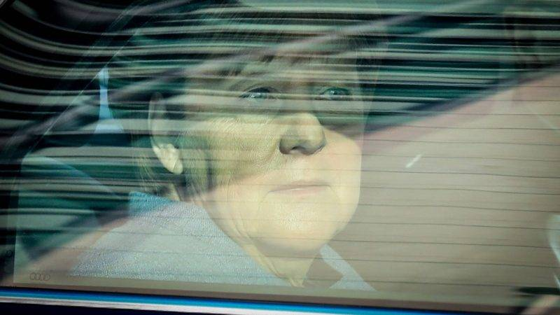 dpatop - German Chancellor Angela Merkel arriving in an armored limousine to the Konrad Adenauer House - the CDU's headquarters - for the session of the CDU's presidium in Berlin, Germany, 09 October 2017. The Union coalition's parties have agreed to a compromise in the dispute over refugees. Photo: Kay Nietfeld/dpa