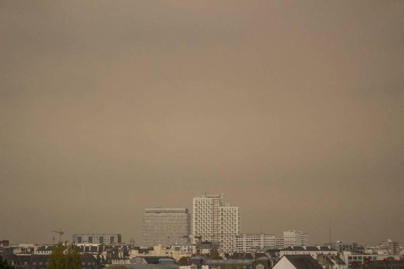 FRA - WEATHER - YELLOW SKY. Yellow shy sur la ville de Rennes en Bretagne. FRA - MÉTÉO - CIEL JAUNÂTRE. Ciel jaunâtre sur la ville de Rennes en Bretagne.