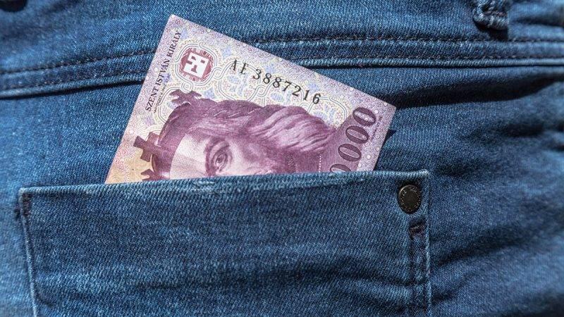 Budapest, 2016. június 19.Tízezer forintos bankjegy egy farmernadrág hátsó zsebében.MTVA/Bizományosi: Faludi Imre ***************************Kedves Felhasználó!Ez a fotó nem a Duna Médiaszolgáltató Zrt./MTI által készített és kiadott fényképfelvétel, így harmadik személy által támasztott bárminemű – különösen szerzői jogi, szomszédos jogi és személyiségi jogi – igényért a fotó készítője közvetlenül maga áll helyt, az MTVA felelőssége e körben kizárt.