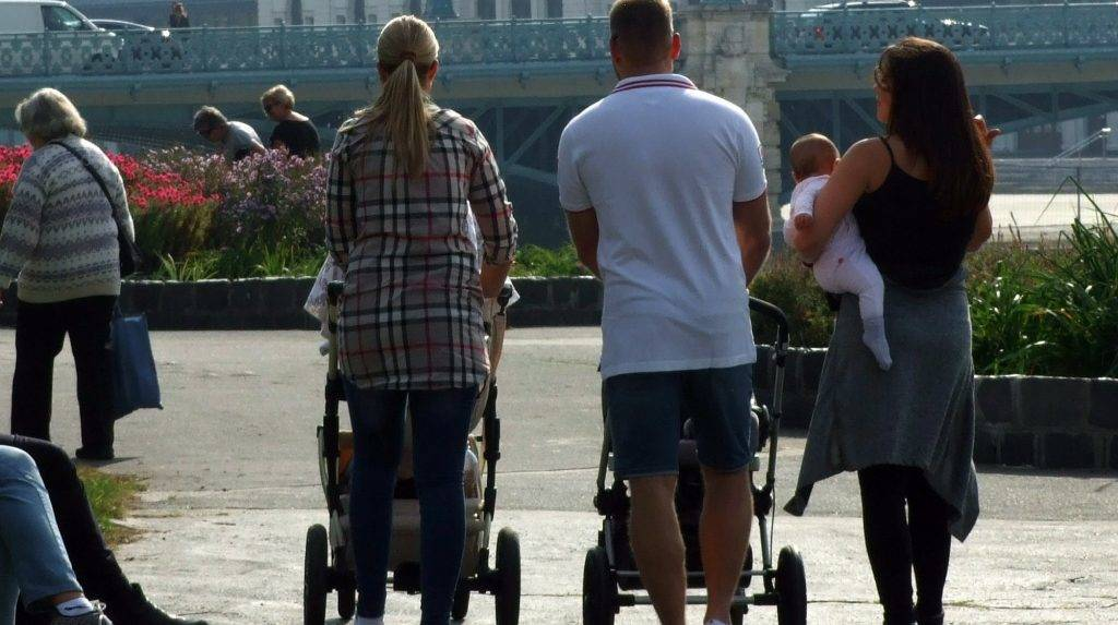 Budapest, 2017. október 18. Kisgyermekes fiatalok sétálnak babakocsikat tolva a Városligeti-tó partján az õszi napsütésben. Távolabb a Mûjégpálya épülete. MTVA/Bizományosi: Jászai Csaba  *************************** Kedves Felhasználó! Ez a fotó nem a Duna Médiaszolgáltató Zrt./MTI által készített és kiadott fényképfelvétel, így harmadik személy által támasztott bárminemû – különösen szerzõi jogi, szomszédos jogi és személyiségi jogi – igényért a fotó készítõje közvetlenül maga áll helyt, az MTVA felelõssége e körben kizárt.