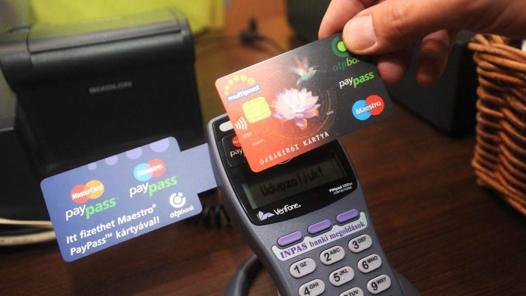 Budapest, 2009. szeptember 24. Az OTP Bank a MasterCarddal együttmûködésben elsõként alkalmazza Magyarországon a PayPass érintésnélküli bankkártyás rendszert, melyet egy budapesti vendéglátó egységben sajtótájékoztatón mutattak be. Az innovatív kártyatechnológiát a MasterCard 2002-ben vezette be, amely gyors és biztonságos alternatívát nyújt a kisösszegû készpénzes vásárlások helyettesítésére. MTI Fotó: Földi Imre