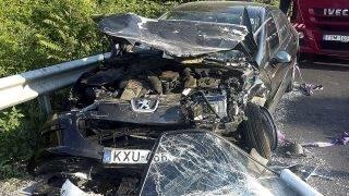 Pécel, 2017. június 10. Kisteherautóval ütközött, összeroncsolódott személygépkocsi az Isaszegrõl Pécelre vezetõ úton 2017. június 10-én. A frontális karambol során a kisteherautóba egy ember beszorult. Õt a tûzoltók szabadították ki feszítõvágóval, majd átadták a mentõknek. A személyautóban egyedül utazó sofõr nem sérült meg. MTI Fotó: Mihádák Zoltán