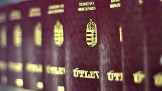Budapest, 2012. március 9.Kész útlevelek a kirakóművben 2012. március 9-én  a Pénzjegynyomdában, ahol az új, Magyarország feliratú úti okmányok készülnek.MTI Fotó: Pénzjegynyomda