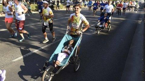 Budapest, 2017. október 15. A 32. Spar Budapest Maraton résztvevõi futnak az Andrássy úton 2017. október 15-én. MTI Fotó: Bruzák Noémi