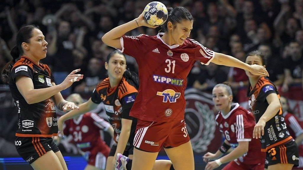 Debrecen, 2017. október 22. Madalina Maria Zamfirescu (k) és Varsányi Nóra (j2) valamint a lengyel Karolina Semeniuk (b), Zana Maric (b2) és Viktoria Belmas (j) a nõi EHF Kupa selejtezõjének 2. fordulójában játszott DVSC-TVP - Metraco Zaglebie Lubin visszavágó mérkõzésén a debreceni Hódos Imre Sportcsarnokban 2017. október 22-én. MTI Fotó: Czeglédi Zsolt