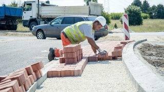 Győr, 2015. július 1.Egy munkás a Győrt keletről elkerülő út építkezésén az építés folyamatát bemutató sajtótájékoztató napján Győr határában 2015. július 1-jén. Őszre készül el a kétszer egysávos, 4,4 kilométer hosszú szakasz, amely 4,6 milliárd forintba kerül.MTI Fotó: Krizsán Csaba