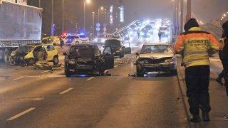 Budapest, 2017. január 27. Ütközésben összetört autók Budapest III. kerületében, a Szentendrei úton 2017. január 27-én. A Bogdáni út közelében történt balesetben négy autó és egy busz ütközött össze, az egyik autó sofõrje meghalt a kórházban. MTI Fotó: Lakatos Péter