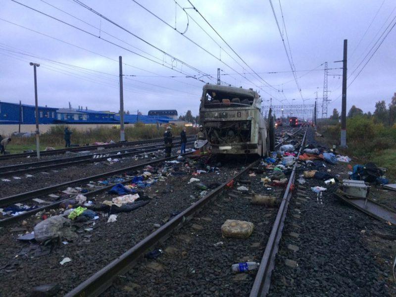 Pokrov, 2017. október 6. Az orosz belügyminisztérium által közreadott kép egy vonat által elsodort busz roncsáról Pokrov közelében 2017. október 6-án. Legkevesebb 17-en életüket vesztették, amikor vasúti átjáróban veszteglõ autóbuszba ütközött egy vonat. A balesetet a mentõszolgálat szerint 34-en élték túl, közülük öt embert kórházba szállították. (MTI/EPA/Orosz belügyminisztérium)