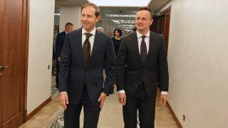 Moszkva, 2017. október 4. A Külgazdasági és Külügyminisztérium (KKM) által közreadott képen Szijjártó Péter külgazdasági és külügyminiszter (j) és Gyenisz Manturov orosz ipari és kereskedelmi miniszter találkozójukon Moszkvában 2017. október 4-én.  MTI Fotó: KKM
