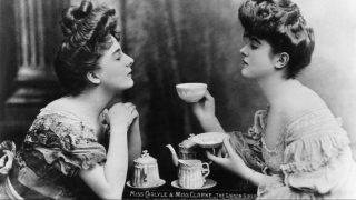 circa 1905:  'Gibson Girls', Miss Carlyle and Miss Clarke take tea. 'Gibson Girls' were a tall slim-waisted type of women characterised by the drawings of American society illustrator Charles Gibson.  (Photo by Hulton Archive/Getty Images)