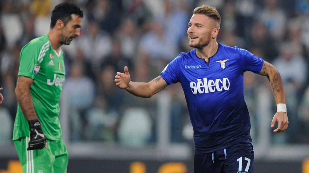 TURIN, TORIN - OCTOBER 14:  Ciro Immobile of SS Lazio celebrates a frist goal with his team mates during the Serie A match between Juventus and SS Lazio on October 14, 2017 in Turin, Italy.  (Photo by Marco Rosi/Getty Images)