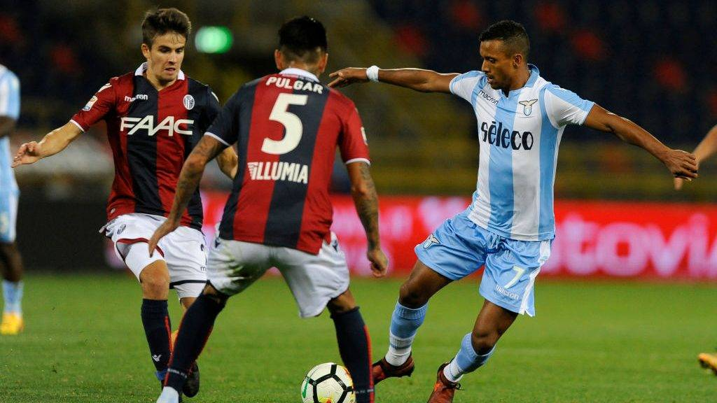 BOLOGNA, BOLOGNA - OCTOBER 25: Nani of SS Lazio compete for the ball withcompete for the ball with Adam Nagy of Bologna FC during the Serie A match between Bologna FC and SS Lazio at Stadio Renato Dall'Ara on October 25, 2017 in Bologna, Italy. (Photo by Marco Rosi/Getty Images)