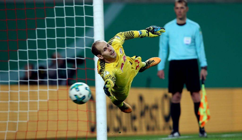 LEIPZIG, GERMANY - OCTOBER 25: Goalkeeper Peter Gulacsi of Leipzig misses a penalty shot during the DFB Cup match between RB Leipzig and Bayern Muenchen at Red Bull Arena on October 25, 2017 in Leipzig, Germany. (Photo by Ronny Hartmann/Bongarts/Getty Images)