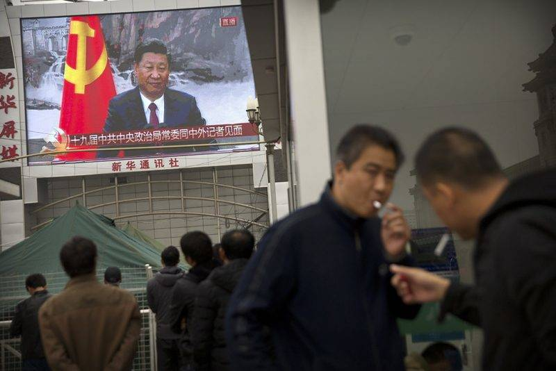 Peking, 2017. október 25.A pekingi főpályaudvar előtti óriáskivetítőn élő tévéadásban látható Hszi Csin-ping pártfőtitkár, kínai elnök a Kínai Kommunista Párt Politikai Bizottsága új Állandó Bizottságának tagjait bemutató sajtóértekezleten a pekingi Nagy Népi Csarnokban 2017. október 25-én, a KKP XIX. kongresszusának befejeződése utáni napon. (MTI/AP/Mark Schiefelbein)