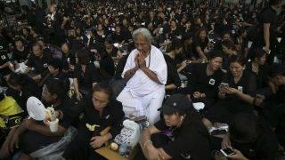 Bangkok, 2017. október 25. Gyászolók imádkoznak Bhumibol Aduljadedzs, vagyis IX. Ráma thaiföldi király végsõ búcsúztatásának kezdete elõtt Bangkokban 2017. október 25-én. A 2016. október 13-án, 88 éves korában elhunyt királyt október 26-án hamvasztják el, majd helyezik végsõ nyugalomra a bangkoki Nagy Palota közelében megépített mauzóleumban ötnapos ünnepség keretében. (MTI/AP/Wason Wanichakorn)