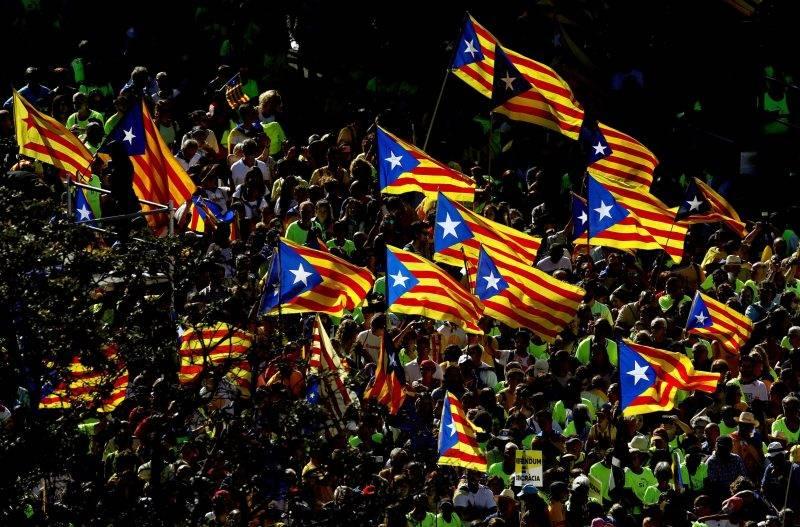 Barcelona, 2017. szeptember 11. Katalónia zászlaját lengetik a katalán függetlenség napi felvonulás résztvevõi Barcelonában 2017. szeptember 11-én, öt nappal azt követõen, hogy Carles Puigdemont katalán elnök aláírta a Spanyolországtól való elszakadásról szóló katalán függetlenségi népszavazást kiírását engedélyezõ dokumentumot. A referendumra október 1-jén kerül sor. (MTI/EPA/Alberto Estevez)