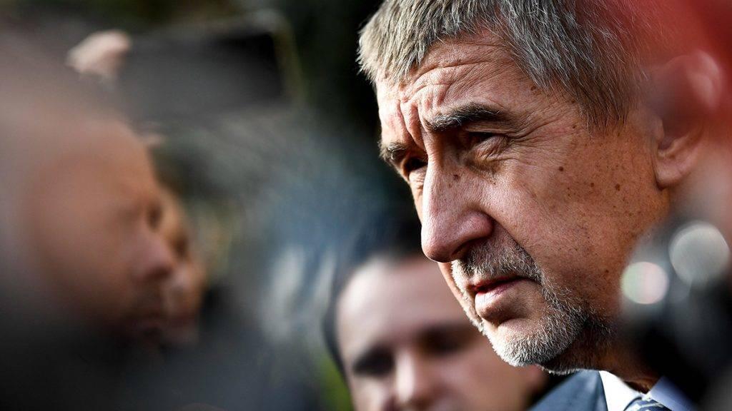 Prága, 2017. október 20.Andrej Babis szlovák származású cseh milliárdos, volt miniszterelnök-helyettes, az ANO mozgalom elnöke egy szavazóhelyiségbe érkezik Prágában, a kétnapos képviselőházi választások első napján, 2017. október 20-án. (MTI/EPA/Filip Singer)