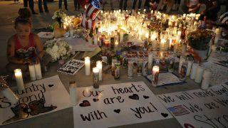 Las Vegas, 2017. október 4. Gyászolók az áldozatok emlékére gyújtott gyertyákkal virrasztanak Las Vegasban 2017. október 3-án. Két nappal korábban a 64 éves Stephen Paddock egy könnyûzenei koncert hallgatósága közül legkevesebb ötvenkilenc embert megölt és csaknem ötszázharmincat megsebesített automata fegyverével a Mandala Bay szálloda erkélyérõl, mielõtt magával is végzett. (MTI/AP/Marcio Jose Sanchez)