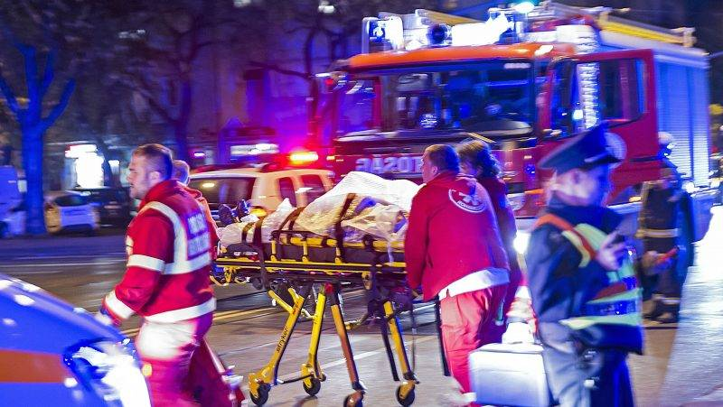 Budapest, 2017. október 31. Tömeges gázolás helyszíne 2017. október 31-én Budapest XIV. kerületében a Thököly út és Róna utca keresztezõdésében, ahol két személyautó ütközött, majd az egyik jármû a zebrán átkelõ gyalogosok közé hajtott és több embert elgázolt. MTI Fotó: Lakatos Péter