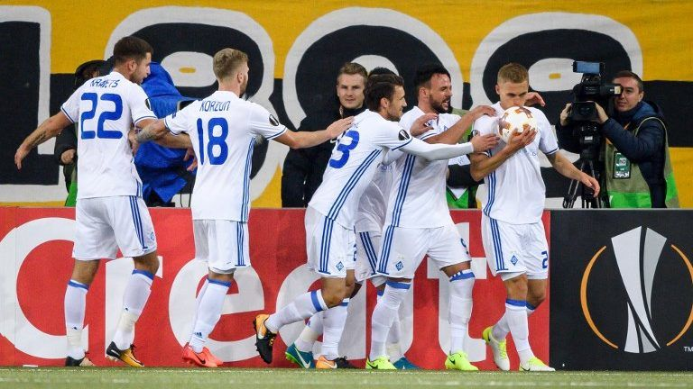 Dynamo Kiev's Ukrenian midfielder Vitaliy Buyalskiy (R) kisses the ball after scoring a goal  during  the UEFA Europa League Group B football match between Young Boys and Dynamo Kiev at Stade de Suisse stadium on November 2, 2017 in Bern. / AFP PHOTO / Fabrice COFFRINI