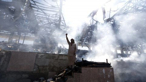 A Yemeni man gestures at the site of an air strike in the capital Sanaa, on November 5, 2017. Yemen's rebel-held capital was struck by overnight air raids that continued well into the next day, targeting the defence ministry and a popular public square, an official said.  / AFP PHOTO / MOHAMMED HUWAIS