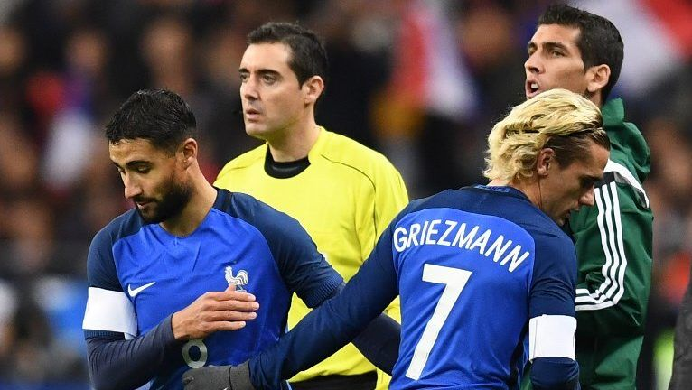 France's forward Antoine Griezmann changes with France's forward Nabil Fekir (L) during the friendly football match between France and Wales at the Stade de France stadium, in Saint-Denis, on the outskirts of Paris, on November 10, 2017. / AFP PHOTO / FRANCK FIFE