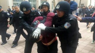 Chinese policemen arrest the attacker after he injured two persons and held a student hostage at Guodian Middle School in Ji'nan city, east China's Shandong province, 21 October 2016.Two persons were injured and one student was held hostage by a man at a middle school in Ji'nan, capital of east China's Shandong province on Friday (21 October 2016). The attack happened at 10:33 Friday morning when the man whose identity was unknown visited Guodian Middle School with a knife. He injured two persons whose identities were also unknown and held a young student hostage later. Policemen were sent to the site immediately and seized the attacker at about 13:30. The student was rescued safe. The cause of the attack is still under investigation.