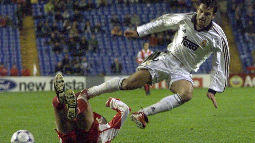 l'attaquant Morientes du Réal de Madrid est taclé par son adversaire, lors de la rencontre de la ligue des champions Réal de Madrid contre les grecs d'Olympiakos le 26 octobre 1999 à Madrid . / AFP PHOTO / CHRISTOPHE SIMON