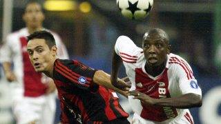 Filippo Inzaghi (L) of AC Milan figths for the ball with AFC Ajax's Abubakari Yabuku during their Champions League Group H match at Meazza stadium in Milan 16 September 2003.  AFP PHOTO/Vincenzo PINTO / AFP PHOTO / VINCENZO PINTO