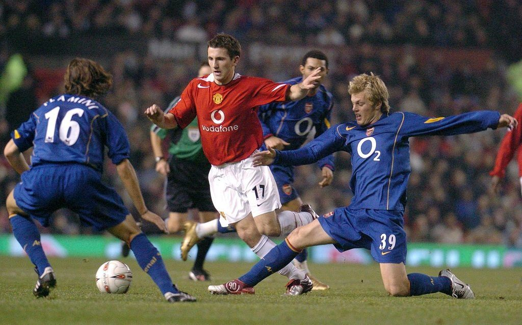 Manchester United's Liam Miller (C) fights for the ball with Arsenal's Mathieu Flamini (L) and Sebastian Larsson (R) during their Carling Cup quater final clash at Old Trafford, in Manchester, 01 December 2004.    AFP PHOTO/PAUL BARKER / AFP PHOTO / PAUL BARKER