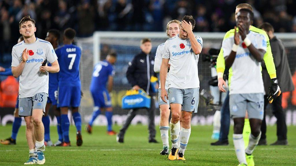 Everton's English midfielder Jonjoe Kenny (L) and Everton's English defender Phil Jagielka (C) react after the English Premier League football match between Leicester City and Everton at King Power Stadium in Leicester, central England on October 29, 2017. Leicester City beat Everton 2-0. / AFP PHOTO / Paul ELLIS / RESTRICTED TO EDITORIAL USE. No use with unauthorized audio, video, data, fixture lists, club/league logos or 'live' services. Online in-match use limited to 75 images, no video emulation. No use in betting, games or single club/league/player publications.  /