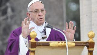 Pope Francis leads a mass on November 2, 2017 at the U.S. World War II cemetery on the day Christians around the world commemorate their dead, in Nettuno, near Rome, on November 2, 2017.  Pope Francis will celebrate a mass at the American cemetery today before a visit at the Fosse Ardeatine monument in Rome, the site of a mass execution in which 300 Italian civilians were killed by Nazi troops in 1944. / AFP PHOTO / Tiziana FABI