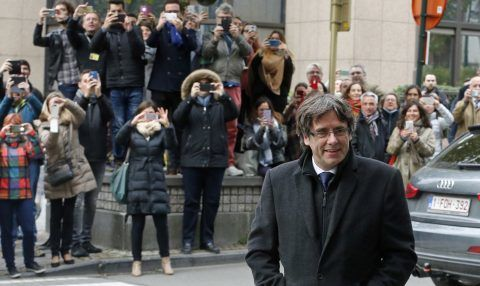 (FILES) This file photo taken on October 31, 2017 shows dismissed Catalonia's leader Carles Puigdemont arriving to address media representatives at The Press Club in Brussels. The separatist party of deposed Catalan leader Carles Puigdemont, against whom Spain has launched an arrest warrant, said today they wanted him as candidate for regional elections on December 21.   / AFP PHOTO / NICOLAS MAETERLINCK