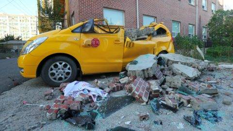 A car damaged by falling bricks after a 5.4-magnitude earthquake is seen in the southeastern port city of Pohang on November 15, 2017. A rare 5.4-magnitude earthquake hit South Korea's southeast on the afternoon of November 15, the second most powerful quake on record in a country that seldom experiences significant tremors. / AFP PHOTO / YONHAP / str /  - South Korea OUT / REPUBLIC OF KOREA OUT  NO ARCHIVES  RESTRICTED TO SUBSCRIPTION USE