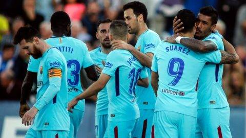 Barcelona's players celebrate a goal during the Spanish league football match Leganes vs Barcelona at the Butarque stadium in Leganes on November 18, 2017. / AFP PHOTO / OSCAR DEL POZO