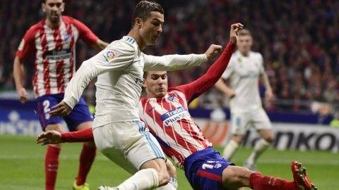Real Madrid's Portuguese forward Cristiano Ronaldo (L) vies with Atletico Madrid's French defender Lucas Hernandez during the Spanish league football match Atletico Madrid vs Real Madrid at the Wanda Metropolitan stadium in Madrid on November 18, 2017. / AFP PHOTO / PIERRE-PHILIPPE MARCOU