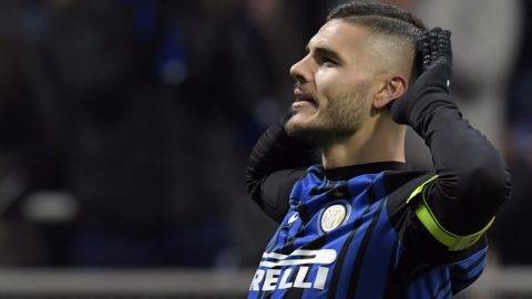 Inter Milan's Argentinian forward Mauro Icardi (C) celebrates after scoring a goal during the Italian Serie A football match between Inter Milan and Atalanta at the San Siro stadium in Milan on November 19, 2017. / AFP PHOTO / MIGUEL MEDINA
